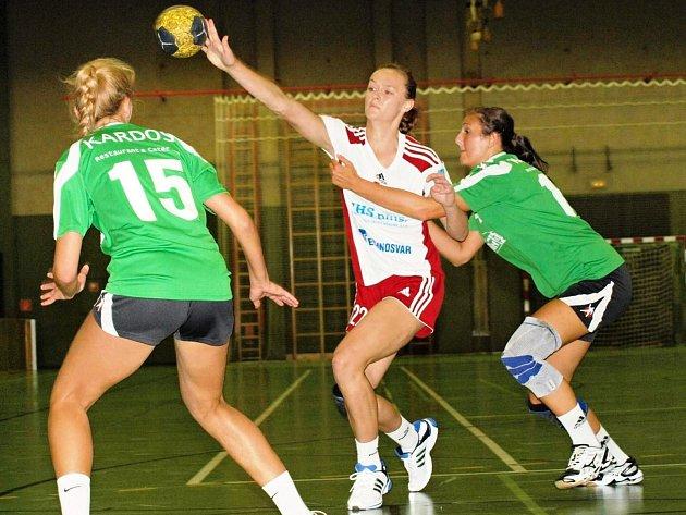 Mladá spojka Dagmar Lukšíková (v bílém) patřila na mezinárodním turnaji v Šaľe k nejlepším veselským hráčkám.