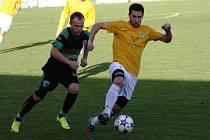 Fotbalisté Mutěnic (ve žlutém) porazili v derby vedoucí Bzenec 1:0. Jediný gól šlágru 16. kola krajského přeboru vstřelil v 15. minutě domácí záložník Lukáš Koplík. Atraktivní duel sledovalo 480 diváků.