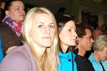 Utkání Novoročního poháru mezi Českem a Polskem sledovaly v hodonínské hale TEZA i české reprezentantky Helena Štěrbová (vlevo) a Kristýna Salčáková.