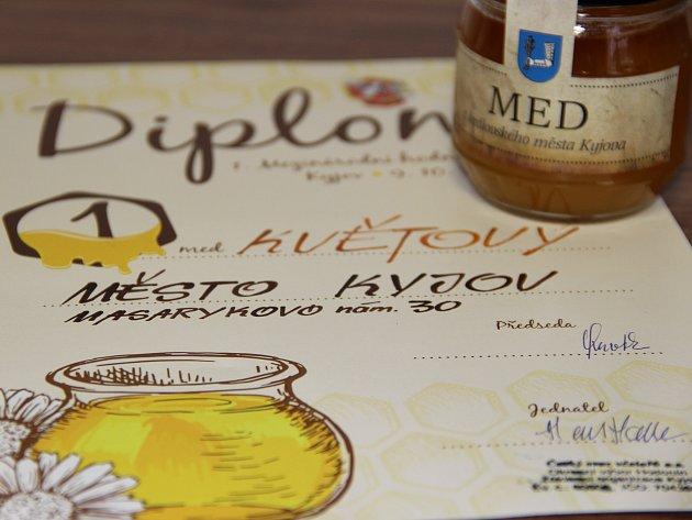 7624448bbb1 Na kyjovském 1. Mezinárodním hodnocení medu zvítězil v kategorii květových  medů výtvor včel