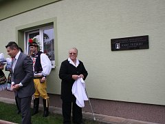 Na počest žádovickému rodákovi Josefu Frýbortovi byla v neděli na jeho rodném domě odkryta pamětní deska.