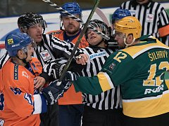 Hodonínští hokejisté (v oranžovomodrých dresech) vedli na ledě vedoucího Vsetína po čtyřiceti minutách 5:1. Nakonec brali na Lapači pouze bod.