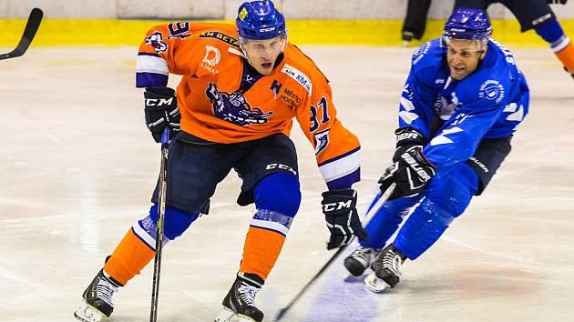 Hodonínští hokejisté (v oranžových dresech) přišli ve čtvrtém kole o letošní neporazitelnost. Drtiči prohráli na ledě Valašského Meziříčí 2:6 a v tabulce klesli na druhé místo.