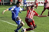 Fotbalisté Velké nad Veličkou (v modrém) prohráli v dohrávce 24. kola s Velkými Pavlovicemi 0:4.