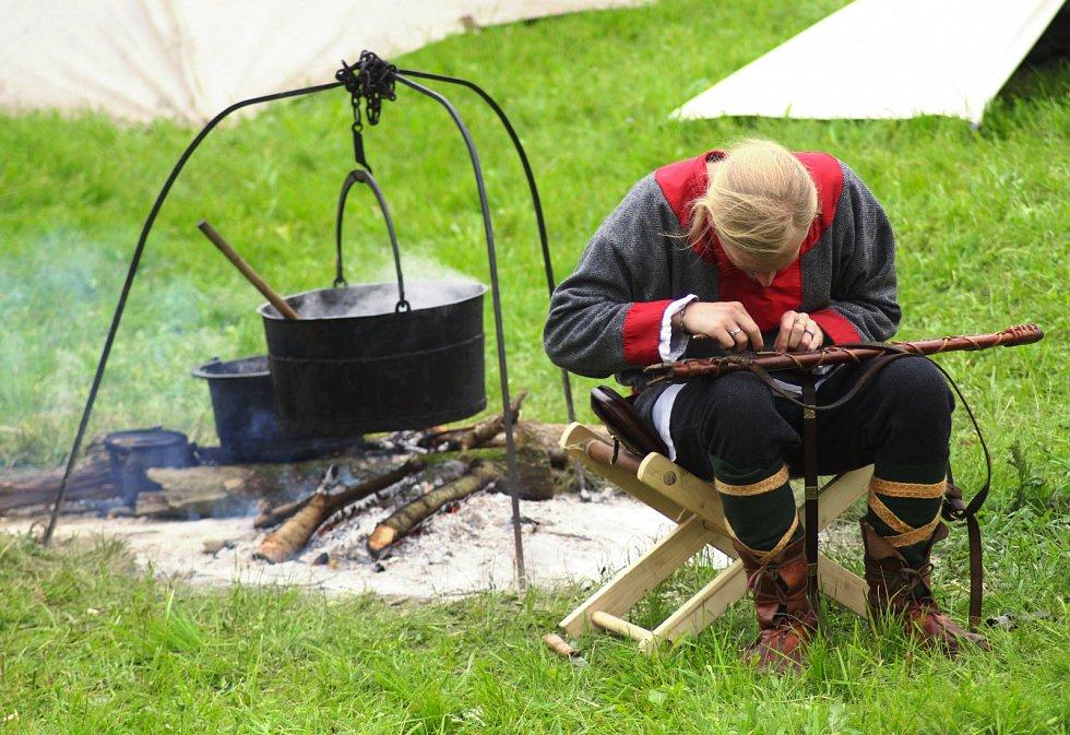Část programu akce Jaro v Rasticově městě Morava, která se odehrála na Slovanském hradišti v Mikulčicích.