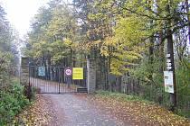 Vstupní brána do takzvané Obory Radějov na snímcích z roku 2019 i 2020.