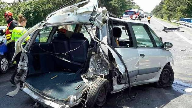 Osobní auta jedoucí na Hodonín zpomalovala v důsledku tvořící se kolony. Jako poslední jel kamion s cisternou. Jeho řidič nedodržel bezpečnou vzdálenost, nedobrzdil a do těch čtyř aut postupně narazil a posouval je přes sebou.