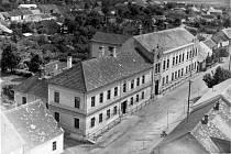 Stará škola v Dolních Bojanovicích na historických fotografiích.