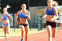 Hodonínská dorostenka Lucie Žurková (vpravo) ovládla sprinterský souboj.
