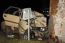 U Strážnice vyhasl v úterý večer život třiapadesátiletého řidiče poté, co v autě narazil do stromu.