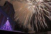 Novoroční ohňostroj nad Masarykovým náměstím v Hodoníně.