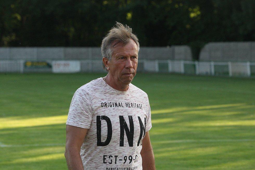 Fotbalisté třetiligového Uherského Brodu (červené dresy) v předkolo MOL Cupu zdolali divizní Bzenec 3:1.