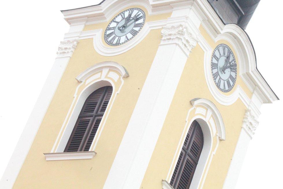 Po pondělním poledni se ve věži chrámu svatého Vavřince v Hodoníně rozezněly zvony. Připomněly oběti současné koronavirové pandemie.
