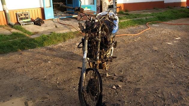 Požár motorky v obchodě v Miloticích.