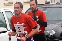 Milan Kocourek (vpředu) obhájil loňské prvenství a na trati dlouhé 12,6 kilometru vyhrál časem 38:34. Tentokrát se však bojovalo až do cíle a druhý v cíli Albert Minczer z Maďarska prohrál o pouhou sekundu.