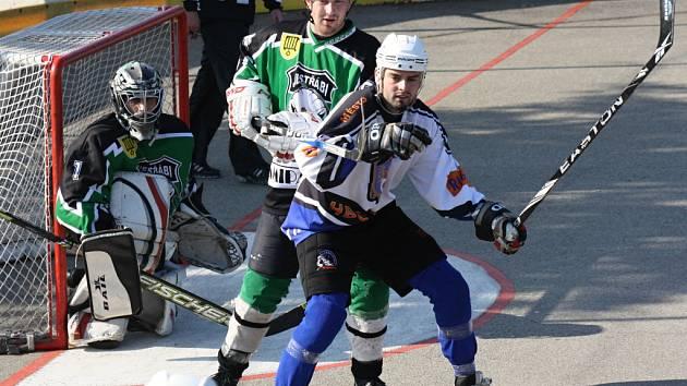 Útočník Rigumu Hodonín Lukáš Kostelanský (v bílém) bojuje před brankou soupeře s hráčem Přelouče.