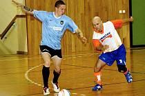 Hodonínští strážníci vyhráli čtvrtý ročník Memoriálu Zdeňka Jüstela. Domácí tým vedl kapiátn Kazimír Nedoba (vpravo), který bojuje o míč s hráčem Trnavy.