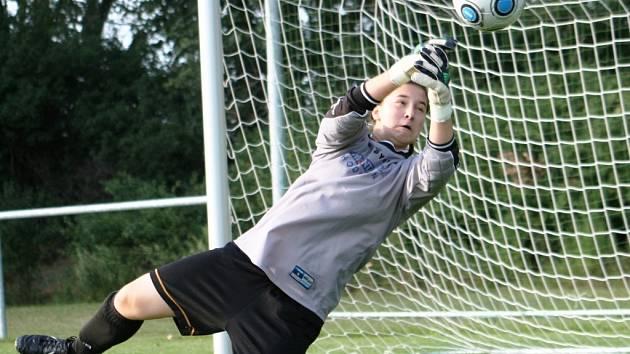 Čtrnáctiletá brankářka Barbora Růžičková patří mezi opory druholigového Nesytu Hodonín. I díky jejím výkonům postoupil slovácký celek do čtvrtfinále Českého poháru.