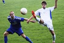 Obránce Rohatce Petr Dohnálek (v modrém) bojuje o míč s bývalým spoluhráčem Jakubem Kolaříkem, který od léta hraje za Ratíškovice. Slavoj v derby vyhrál 3:1.