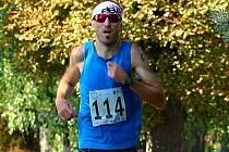 Devětatřicetiletý závodník z Rohatce Luděk Durďák si ve velké euforii přiběhl v Holíči pro vítězství, když trať dlouhou 8,9 kilometru ve velkém vedru zdolal za 29:59 minuty.