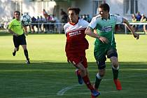 Fotbalisté Bzence (zelené dresy) prohráli v posledním domácím zápase premiérové divizní sezony s Bystřicí nad Pernštejnem 2:4.