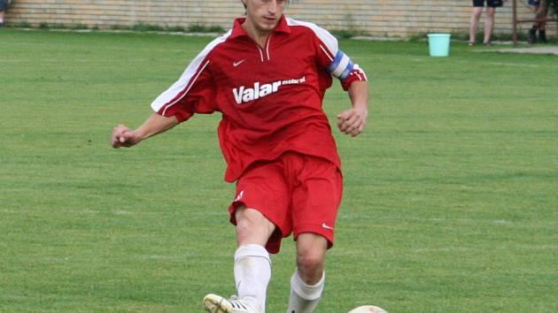 Bývalý vacenovický kapitán Milan Příkazský proměňuje penaltu.