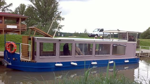 Na vodách Baťova kanálu se od července pohybuje nová plovoucí environmentální expozice.