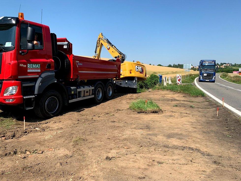 Provizorní cesta umožňuje řidičům na silnici I/54 u Archlebova projet místem, kde postaví nový most.