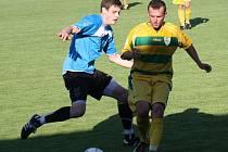 Fotbalisté Mutěnic prohráli v předehrávce 14. kola první A třídy se Slavojem Rohatec 1:2. Na snímku bojuje o míč domácí záložník Vít Lamáček (ve žlutém) s hostujícím středopolařem Tomášem Slobodou.