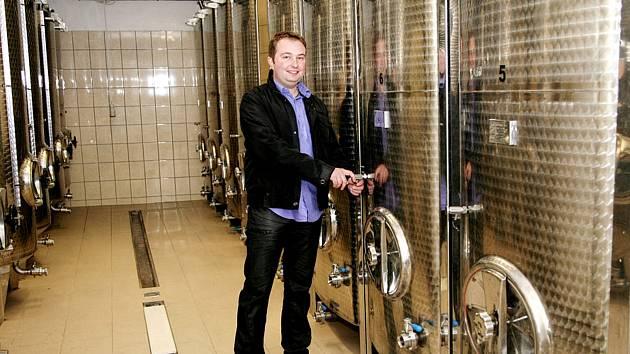 Motivací pro Lukáše Hradila je především zdravá rodina. Péči o vinice přenechává svým rodičům, s manželkou a čtyřletým synem Davidem se pak podílí na práci ve sklepě. Podle něj každý vinař musí vědět, zda půjde cestou kvality, nebo kvantity.