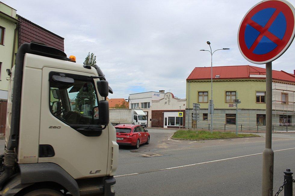 Dvojice křižovatek silnic I/54 a I/55 ve Veselí nad Moravou.