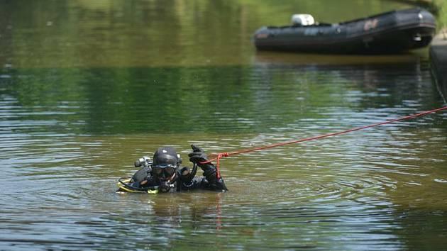 Potápěč pátrá po utonulém. Ilustrační foto.