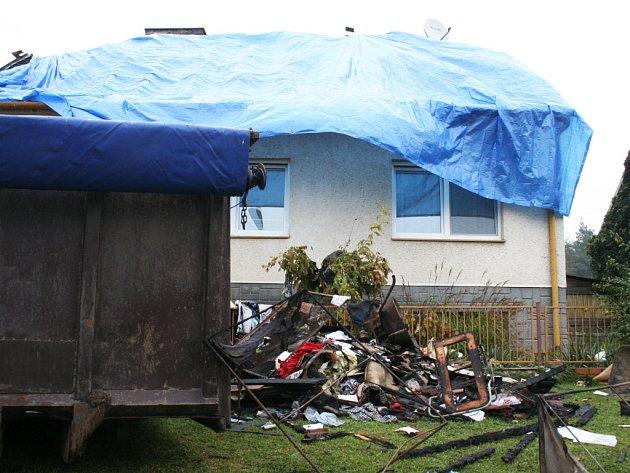 Manželů shořela celá střecha