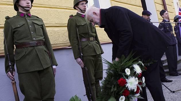 Slavnostní odhalení pamětní desky věnované válečnému hrdinovi Vladimíru Nedvědovi. Narodil se v Brně, ale mládí prožil v Kyjově, kde také absolvoval Klvaňovo reálné gymnázium.