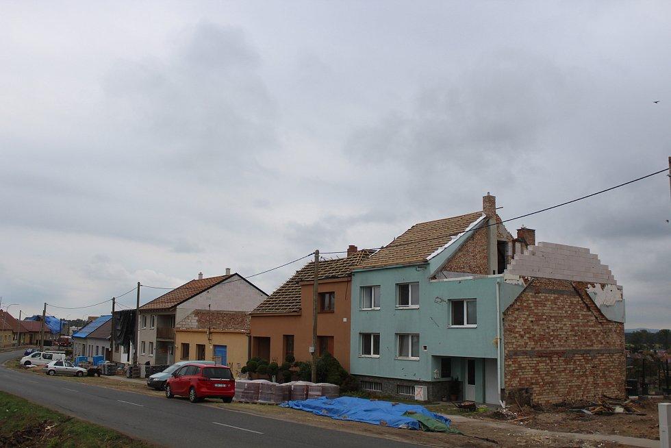 Poškozená část Mikulčic směrem na Moravskou Novou Ves, dva týdny po tornádu.