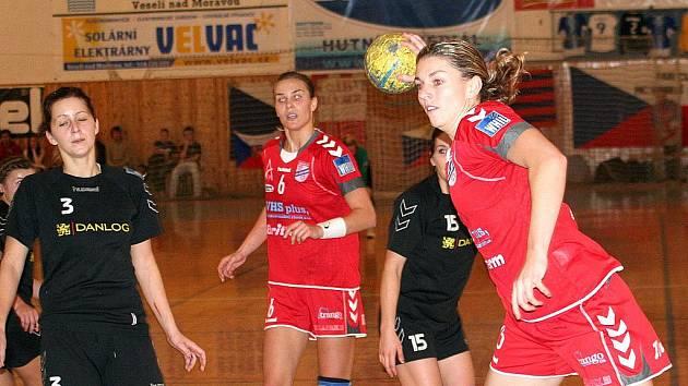 Házenkářka Veselí nad Moravou Jitka Tomečková právě střílí další gól do sítě Partizánského.