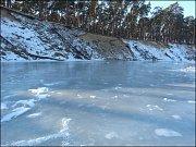 Místy vytváří hladina ledové zrcadlo.