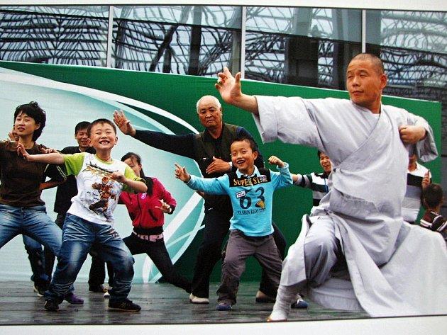 Taiji cvičili Číňané na jedné z vystavených fotografií. Na semináři byl ale také ukázka tohoto východního umění.