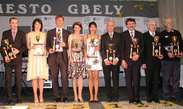 Ve svých věkových kategoricíh triumfovali Luděk Durďák (vlevo), Erika Farkašová, Jan Miškeřík, Miroslava Zíšková, Marta Durnová, Josef Veverka, Vladimír Varmuža, Josef Šohaj a Ján Kocák.