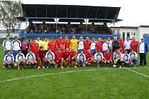 Fotbalisté Moravan (v bílém) se po slavnostním zápase vyfotili s bývalými hráči brněnské Zbrojovky.