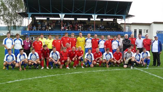 Fotbalisté Moravan (v bílém) se po slavnostním zápase vyfotili s bývalými  hráči brněnské Zbrojovky ... bc0b11d460
