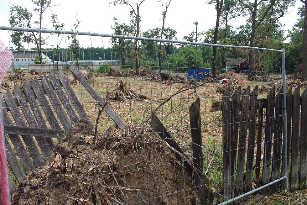 Poničené oplocení hodonínské zoologické zahrady tři týdny po tornádu.