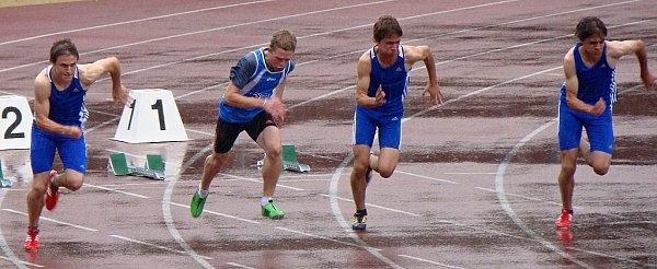 Mezi nejlepší závody Mistrovství Moravy a Slezska patřil sprint na sto metrů. Ovítěztsví ve Vítkovicích bojovali Jakub Žurovec (AK Hodonín, zleva), Tomáš Bárta zJAC Brno, Martin Palička a Ondřej Kučeřík (oba AK Hodonín).