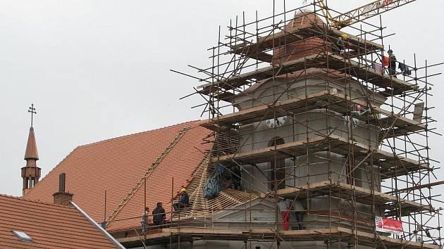 Práce na opravách veselského bartolomějského kostela pomalu finišují.
