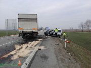 Tragické následky má dopravní nehoda, která se stala v úterý ráno na silnici první třídy u Hodonína. Po nárazu do kamionu tam v osobním autě zemřel jeho řidič.