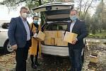 Zástupci soukromé firmy darovali hodonínské nemocnici 130 kilogramů povidel a 120 litrů rakytníkového sirupu.