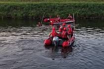 Pátrání po pohřešovaném na Moravě ve Vnorovech pokračuje. Hasičům ani policistům se prozatím nepodařilo najít devětapadesátiletého muže, který nejspíš ve čtvrtek skončil pod hladinou vody. Řeka tak prozatím vydala pouze jedno tělo.