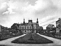 Takto vypadal v minulosti park u Sadové ulice za současnou obchodní akademií.