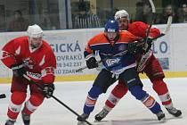 Hodonínský útočník Radoslav Smetana (vpředu) se přetlačuje o puk s hráčem Opavy.