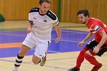 Hodonínští futsalisté (v bílých dresech) zakončili rok 2016 porážkou v České Lípě. Tango bude hrát na jaře pouze o záchranu.